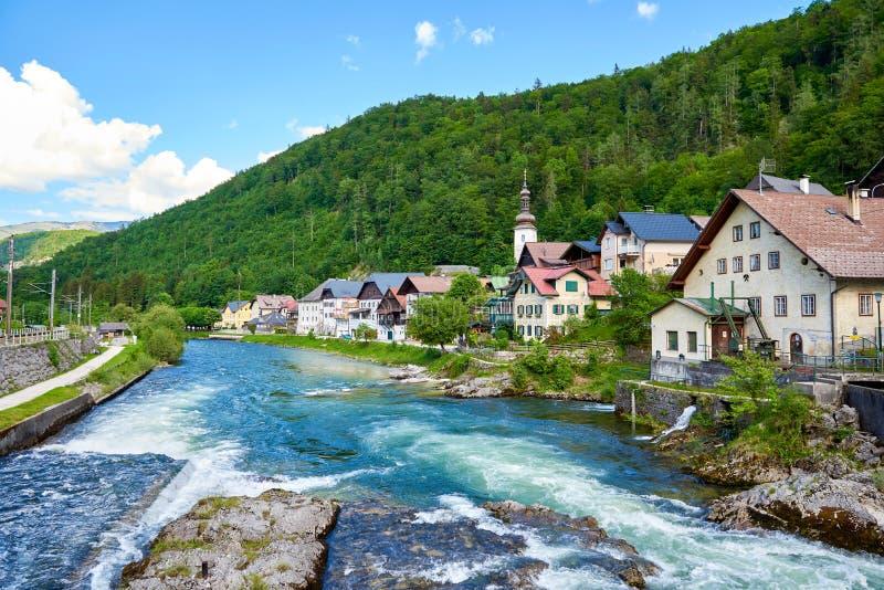 Vue scénique de photo-carte postale de village de montagne de Lauffen dans les Alpes autrichiens Belle lumière en été images stock
