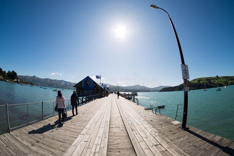 Vue scénique de port chez Akaroa, Nouvelle-Zélande image stock
