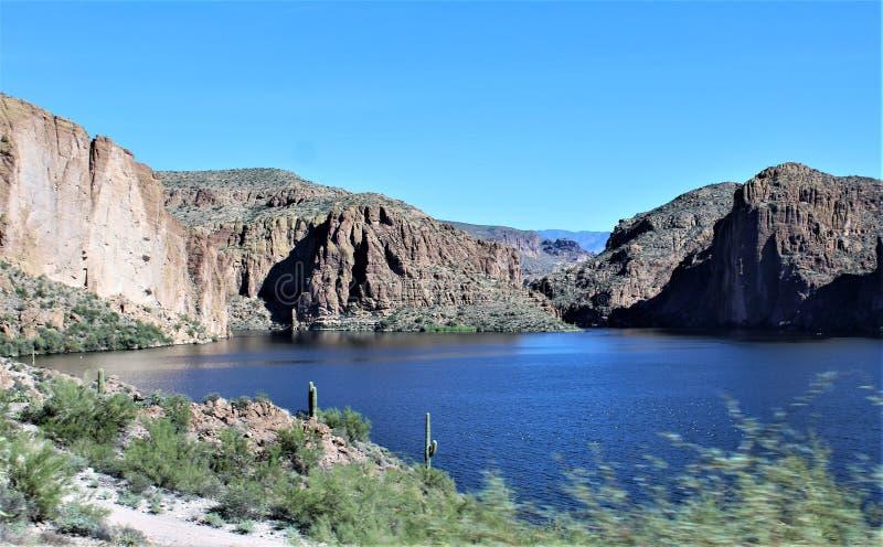 Vue scénique de réserve forestière de Tonto du MESA, Arizona vers le lac Arizona, Etats-Unis canyon images stock