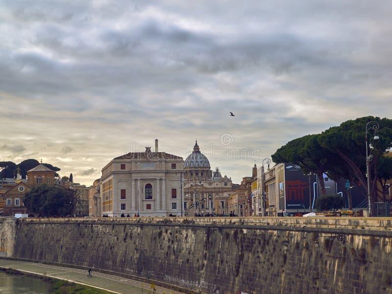 Vue scénique de remblai de rivière du Tibre à Rome, Italie images libres de droits
