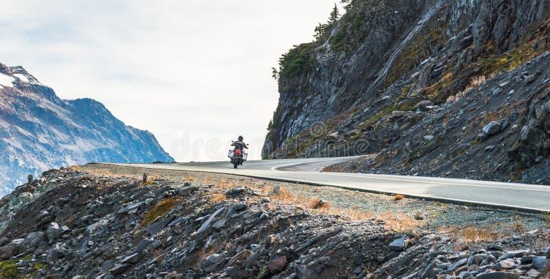Vue scénique de route goudronnée de courbe et de pente sur la montagne le jour dans la saison d'été image stock