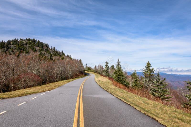 Vue scénique de route sur Ridge Parkway bleu photographie stock