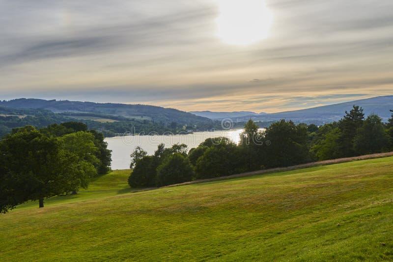Vue scénique de soirée de parc de pays de château de Balloch avec Loch Lomond en Ecosse, Royaume-Uni photographie stock libre de droits