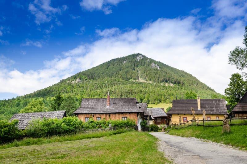 Vue scénique de vieux village traditionnel Vlkolinec en Slovaquie photos libres de droits