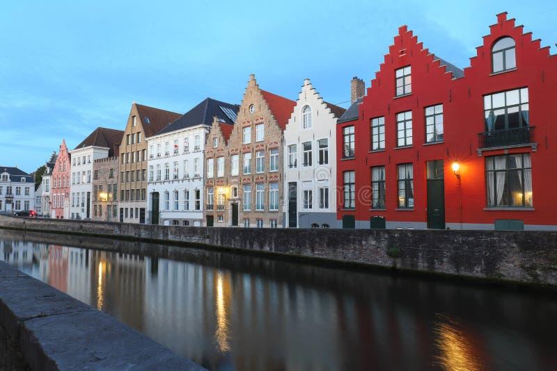 Vue sc?nique de ville de canal de Bruges avec de belles maisons color?es m?di?vales et r?flexions image libre de droits