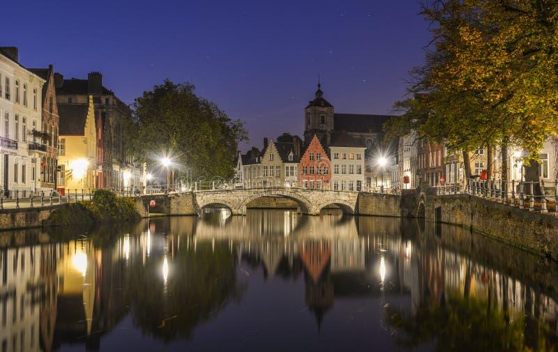Vue scénique de ville de canal de Bruges la nuit photos libres de droits