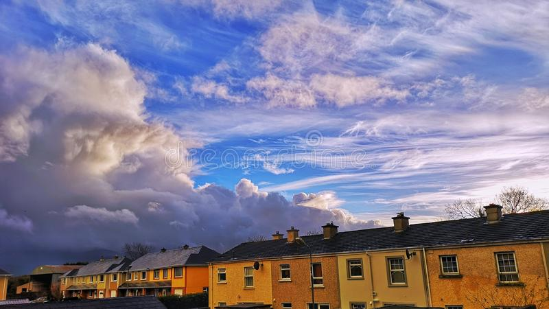 Vue scénique des maisons contre le ciel bleu photos libres de droits