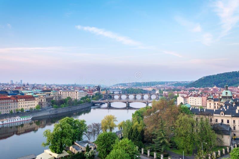 Vue scénique des ponts sur la rivière de Vltava et de l'historique images stock