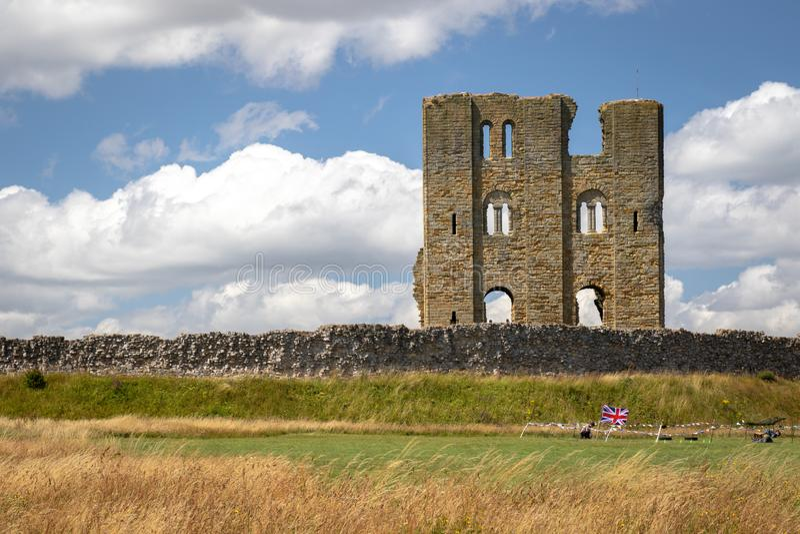 Vue scénique des ruines du château de Scarborough avec le ciel bleu et les nuages blancs, North Yorkshire, Angleterre image stock