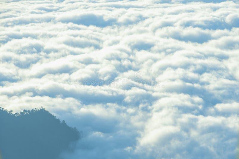 Vue Scénique Du Ciel Du Matin Foggy Avec Soleil Levant Au-Dessus De La Montagne Misty photo stock