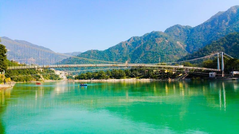 Vue scénique du Gange traversant des montagnes photo stock