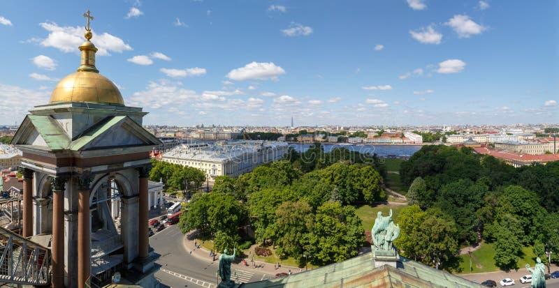 Vue scénique du toit de la cathédrale du ` s de St Isaac au centre historique de St Petersburg et au remblai de Neva River images stock