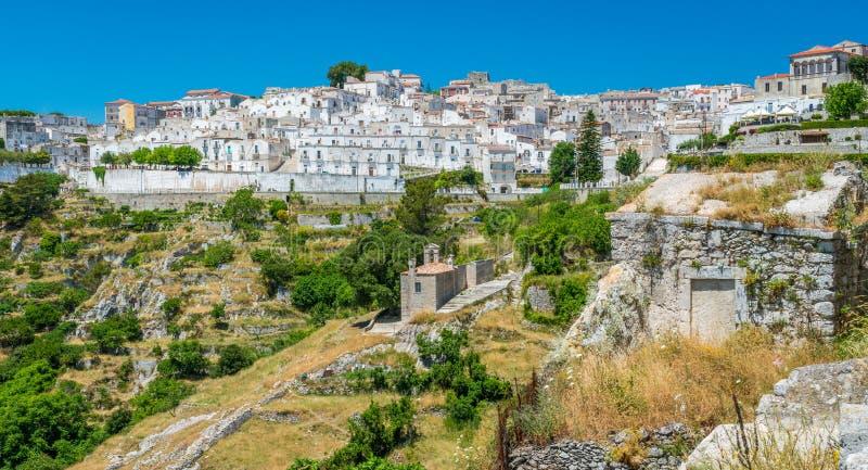 """Vue scénique en Monte Sant """"Angelo, village antique dans la province de Foggia, Pouilles Puglia, Italie photos libres de droits"""