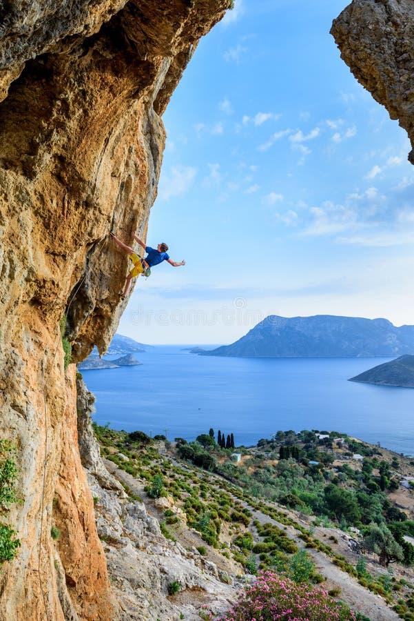 Vue scénique, grimpeur de roche sur une falaise provocante Destinat de voyage image stock