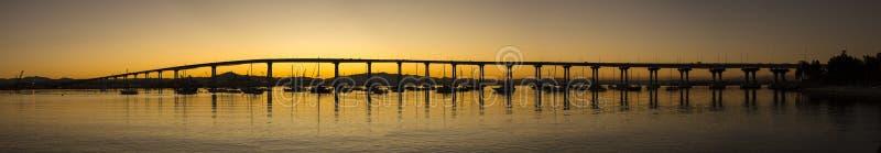 Vue scénique panoramique de pont de baie de San Diego - de Coronado au sunr image libre de droits