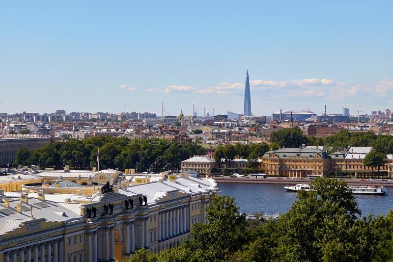 Vue scénique sur la ville de St Petersburg de la colonnade de St I photographie stock