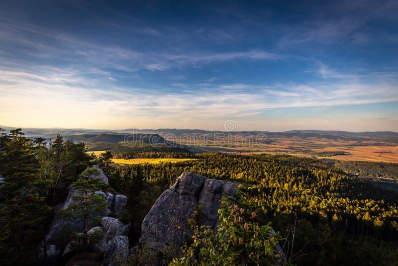 Vue scénique sur le paysage polonais d'automne à partir du dessus des montagnes de Tableau, Szczeliniec Wielki en montagnes de St photographie stock libre de droits