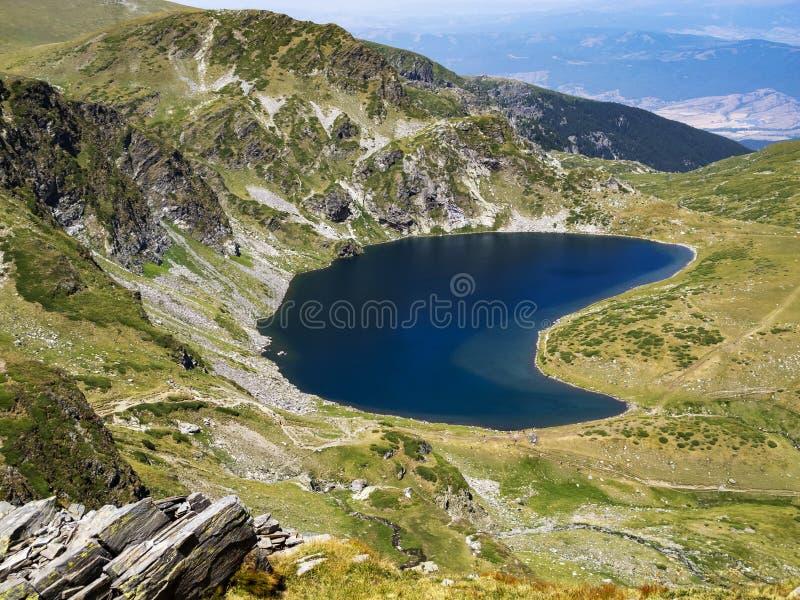 Vue scénique vers le lac kidney, un des sept lacs Rila aux montagnes de Rila, la Bulgarie images libres de droits