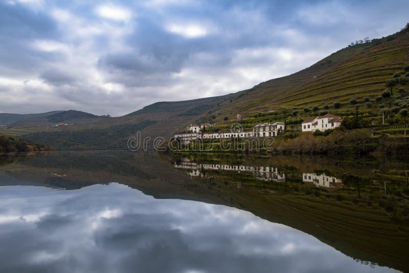 Vue sc?nique du village de Pinhao avec les vignobles en terrasse et la rivi?re de Douro et de la vall?e de Douro, au Portugal images stock