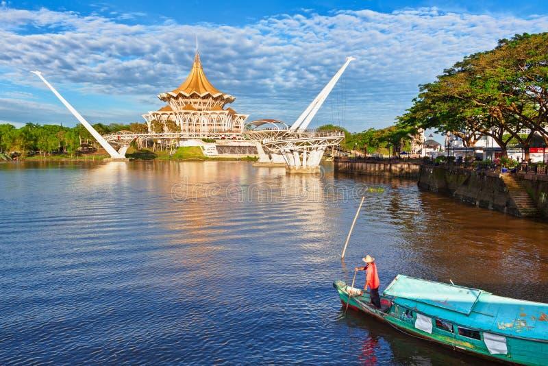 Vue sc?nique pont pi?tonnier de Kuching de ville de bord de mer, rivi?re de Sarawak image stock