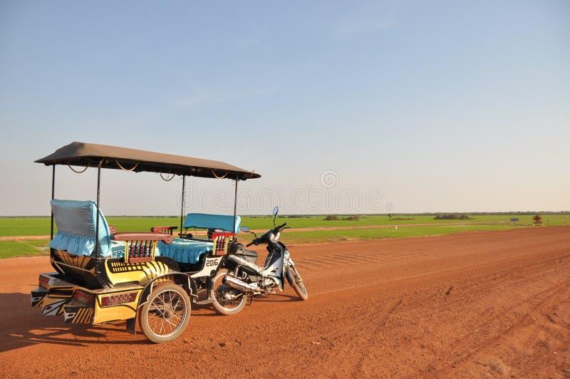 Vue simple de route avec la voiture de Tuk Tuk images stock