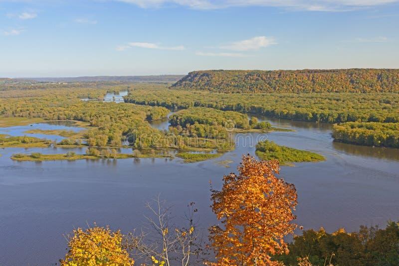 Vue spectaculaire d'un confluent de rivière en automne image libre de droits