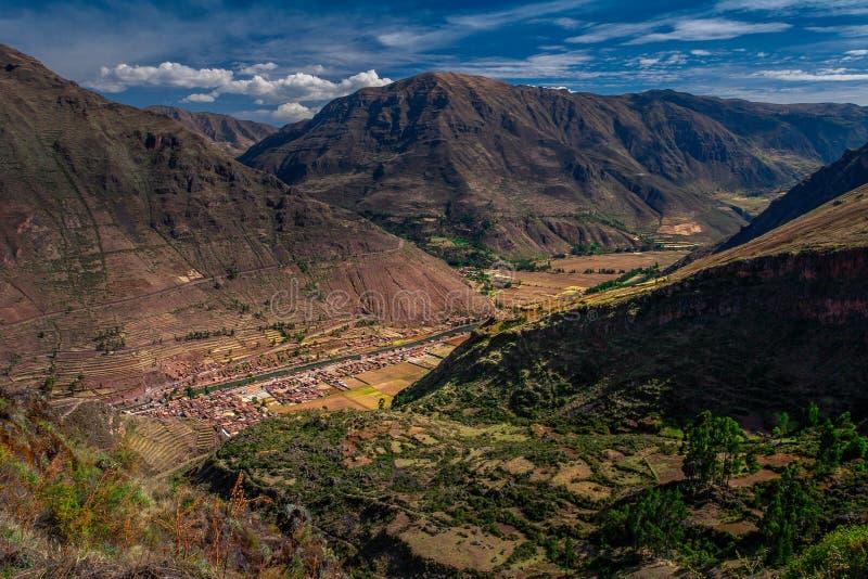 Vue spectaculaire sur la vallée sacrée tout près la ville de Cusco/Cuzco au Pérou photos libres de droits