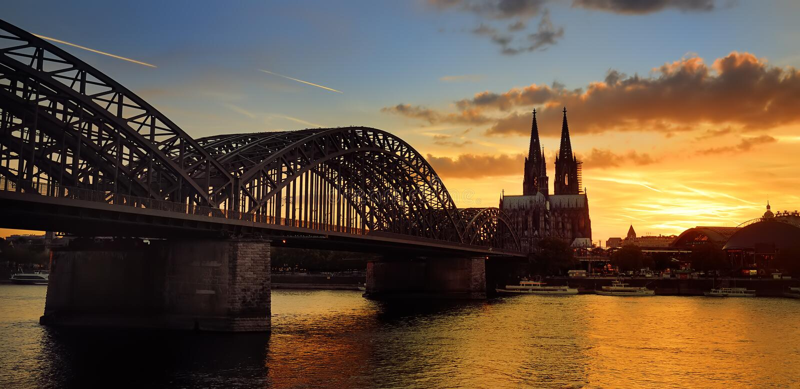 Vue stupéfiante de coucher du soleil sur la cathédrale de Cologne et le pont de Hohenzollern dans Koel, Allemagne images stock