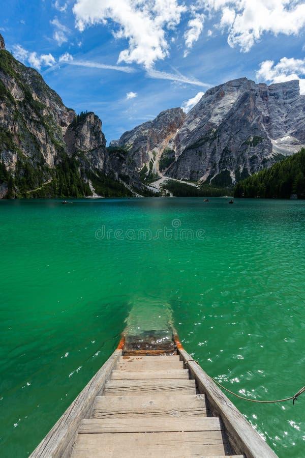 vue stupéfiante de la turquoise Lago di Braies Lake ou Pragser Wildsee en dolomite, Italie photos libres de droits
