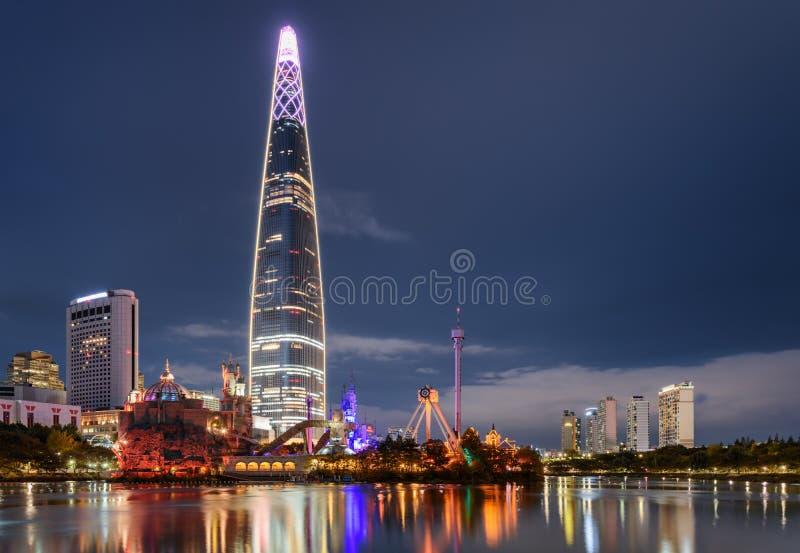 Vue stupéfiante de nuit de gratte-ciel par le lac au centre ville, Séoul photographie stock