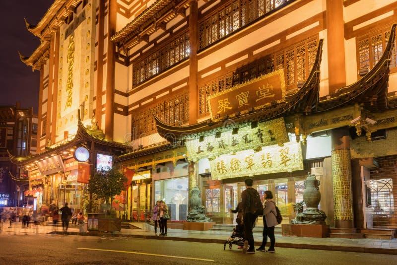Vue stupéfiante de nuit de route de Fuyou à la vieille ville, Changhaï photographie stock
