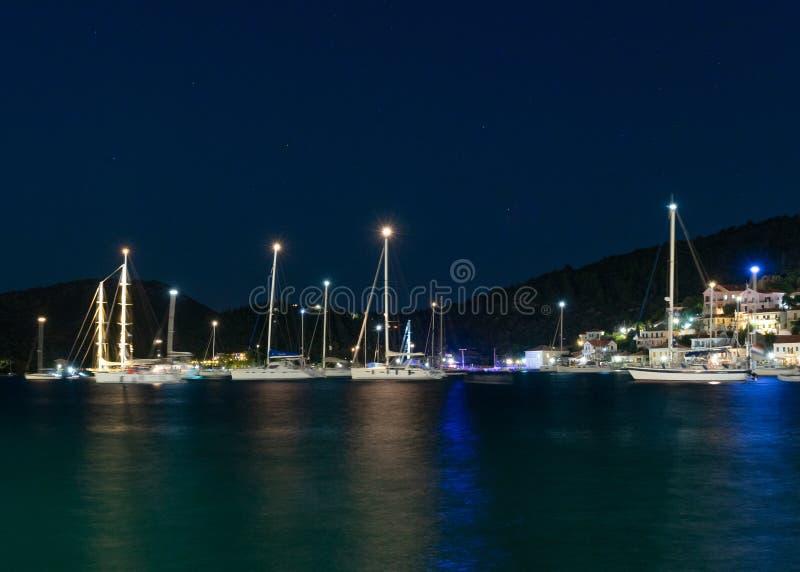 Vue stupéfiante de nuit vers la mer et les yachts ion-ion, Vathy, Ithaka image libre de droits