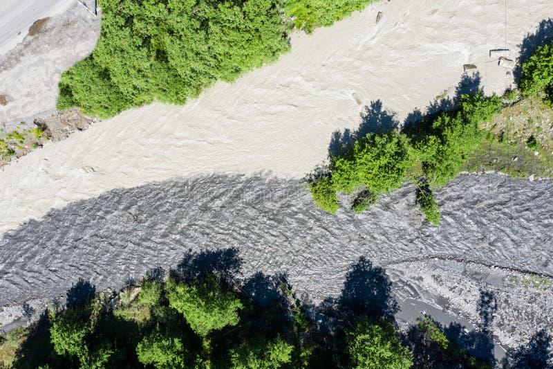 Vue stupéfiante du confluent de deux rivières avec différentes couleurs de l'eau Les deux rivières de montagne, l'Aragvi noir photographie stock libre de droits