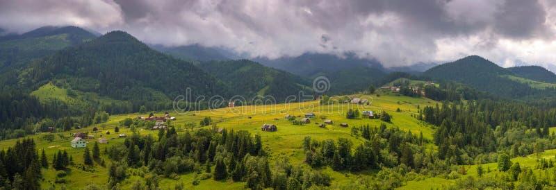 Vue stupéfiante du matin brumeux de Dzembronya de village de montagne dans les montagnes en été image libre de droits