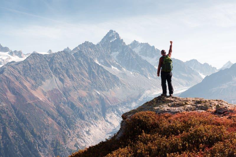 Vue stupéfiante sur la gamme de montagnes de Monte Bianco avec le touriste sur un premier plan photos libres de droits