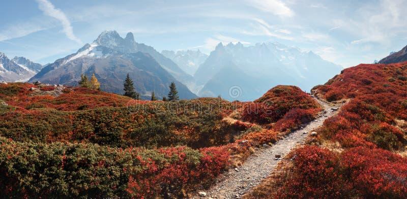 Vue stupéfiante sur la gamme de montagnes de Monte Bianco avec Monblan sur le fond photos libres de droits