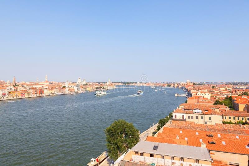 Vue supérieure à Venise, toits, canal, bateaux à la soirée ensoleillée d'été, images stock
