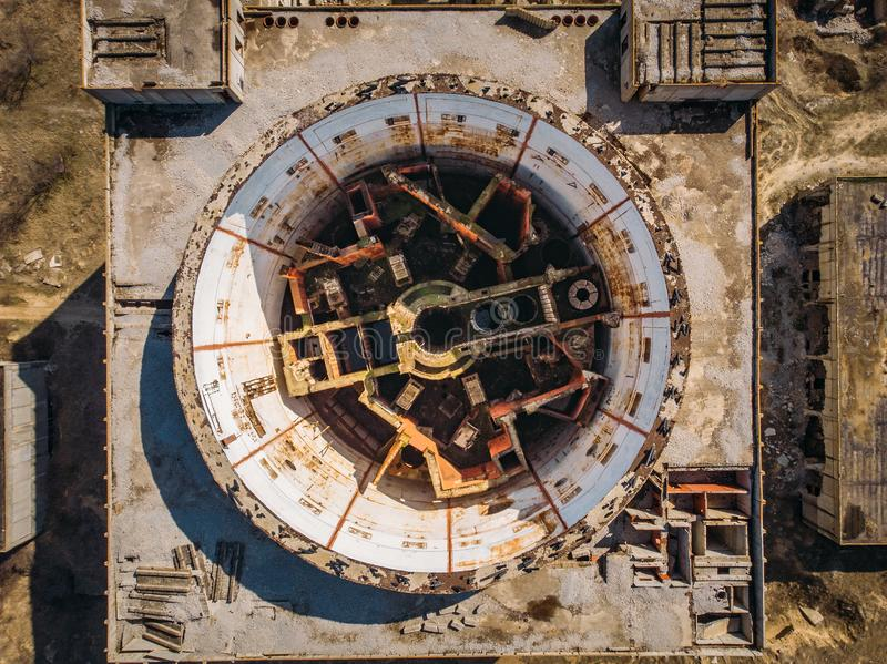 Vue supérieure aérienne de centrale nucléaire abandonnée et ruinée dans Shelkino, Crimée Grande construction industrielle de l'UR photographie stock