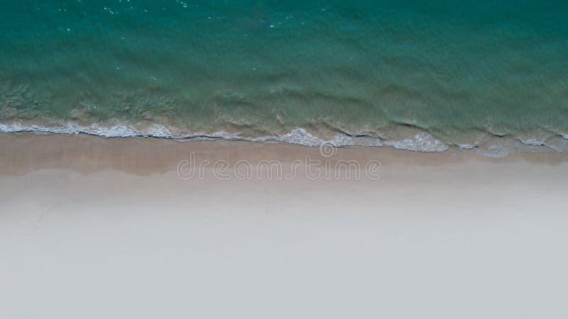 Vue supérieure aérienne de plage sablonneuse et de mer vides photo libre de droits