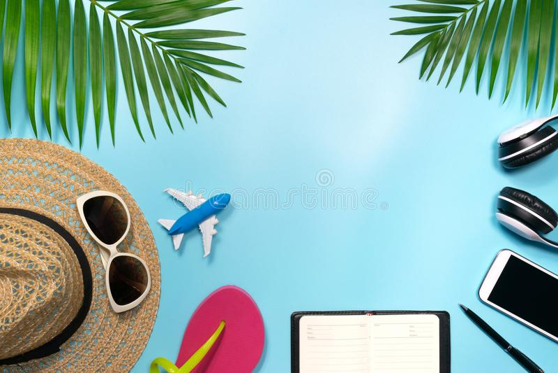 Vue supérieure, accessoires plats d'objet de configuration de voyage ou vacati d'été photos stock