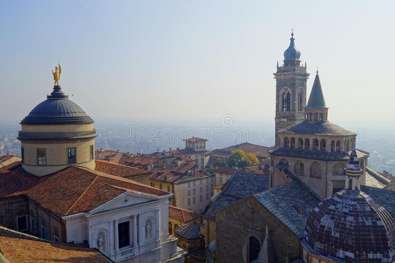 Vue supérieure aux cathédrales de Bergame et de la ville image libre de droits