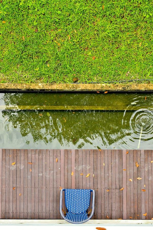 Vue supérieure d'étang de jardin de chaise photos libres de droits
