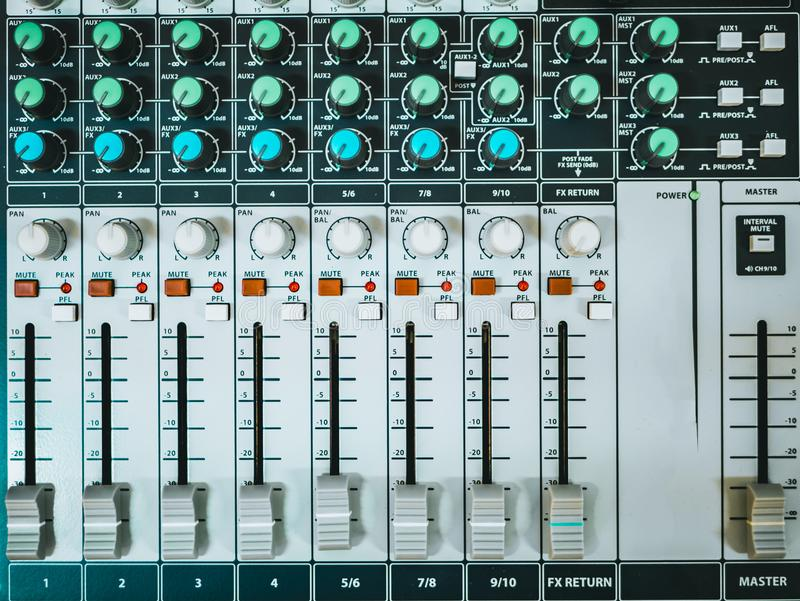 Vue supérieure d'affaiblisseur et de boutons audio de contrôleur du DJ photo stock