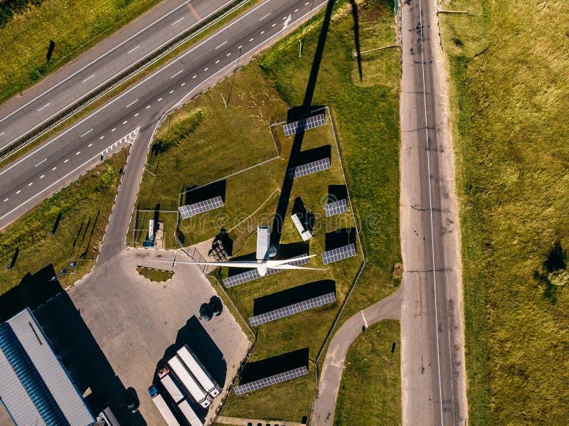 Vue supérieure d'autoroute, de ferme de vent, de panneaux solaires et de plusieurs petites voitures photo stock