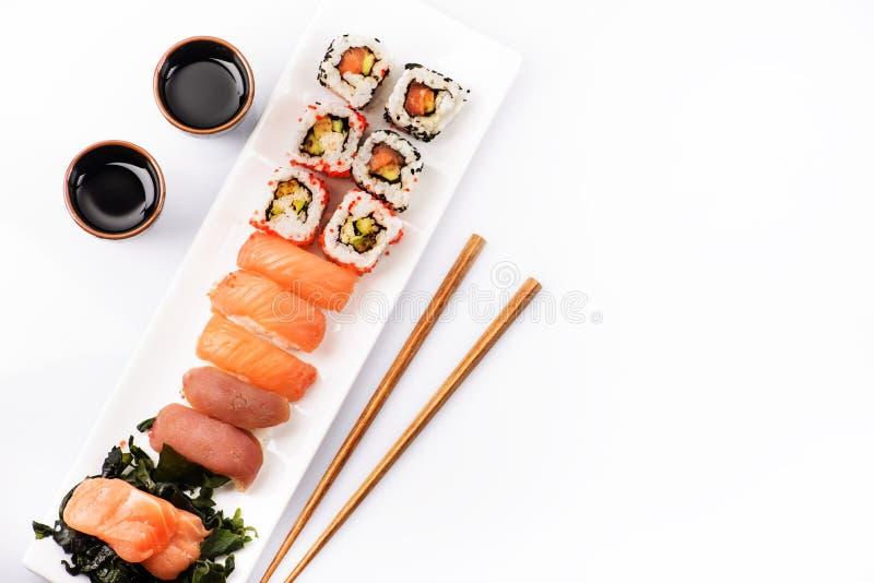 Vue supérieure d'ensemble de sushi d'isolement au-dessus du blanc image stock