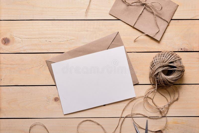 Vue supérieure d'enveloppe et de carte de voeux vierge images libres de droits