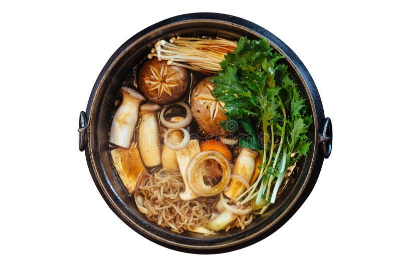 Vue supérieure d'isolement de pot chaud de Sukiyaki avec les légumes de ébullition comprenant le chou, nouille konjac, oignon, ca image libre de droits