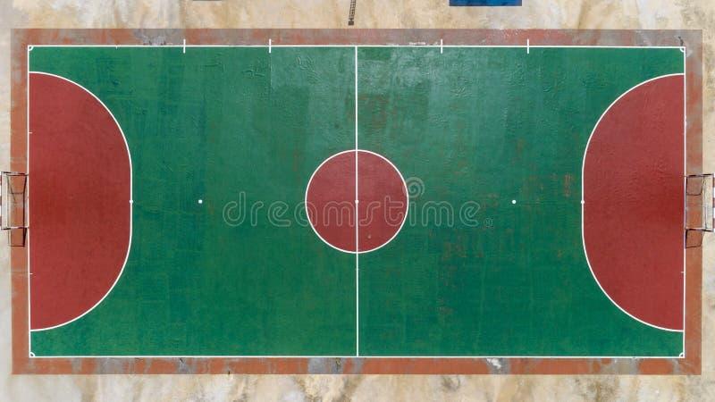 Vue supérieure d'oeil d'oiseau de bourdon du football et des terrains de basket du football image libre de droits