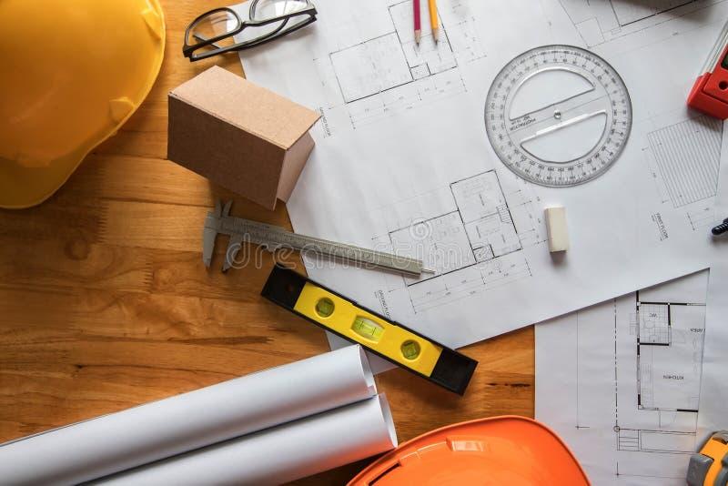 Vue supérieure d'outil de mesure avec le casque et d'ordinateur portable sur le modèle, concept architectural photographie stock libre de droits