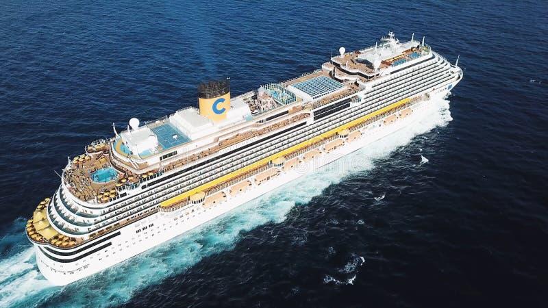 Vue supérieure d'un beau bateau de croisière blanc dans l'Océan Atlantique, vacances de luxe barre Antenne pour le revêtement de  photos libres de droits